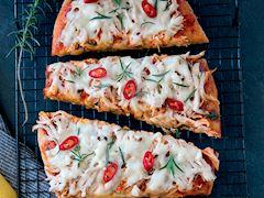 Acılı tavuklu pizza