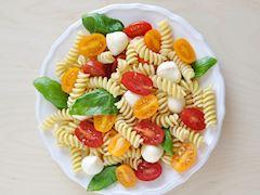 Caprese makarna salatası