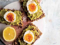 Çekirdekli bar üzerinde yumurta ve avokado