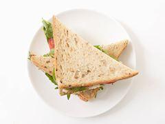 Hindi füme ve avokadolu sandviç