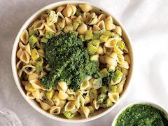 Kabaklı makarna ve yeşil sos