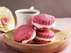 Kırmızı sandviç kurabiye