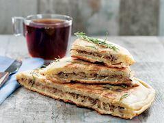 Kıymalı ve kaşar peynirli tepsi böreği
