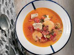 Köz biberli ve domatesli balık çorbası