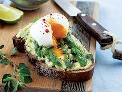 Kuşkonmaz, avokado ve yumurtalı açık sandviç