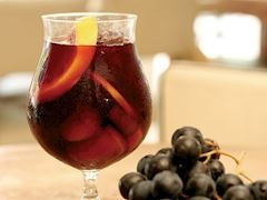 https://lezzet.blob.core.windows.net/images-small-recipe/lucca_sangria-3b454698-c551-4d33-a0d6-7bbdefe968f8.jpg