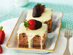 Pembe, beyaz çilekli pasta