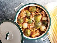 Tavuklu ve arpacık soğanlı Brüksel lahanası