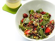 Semizotlu ve çilekli kinoa salatası