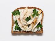 Yoğurtlu tavuklu sandviç