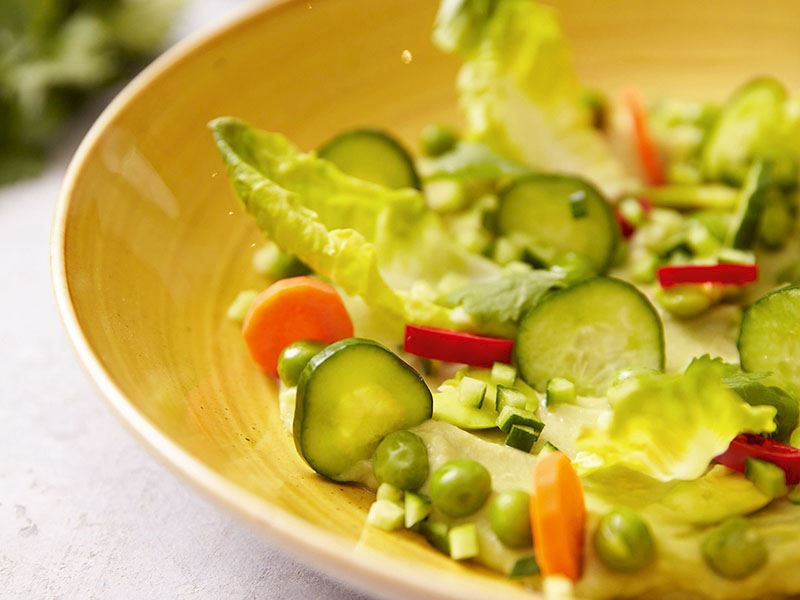 Avokado püreli bahar salatası