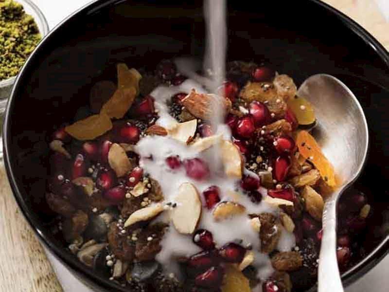 Çekirdekli kinoalı granola ve fındık sütü