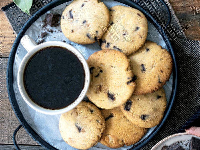 Çikolatalı, süt tozlu ve cevizli kurabiye