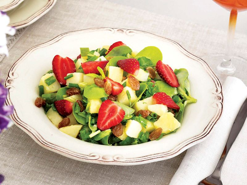 Çilekli semizotlu patates salatası