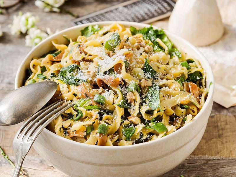 Ebegümecili ve ısırgan otlu erişte salatası (Anneanne salatası)
