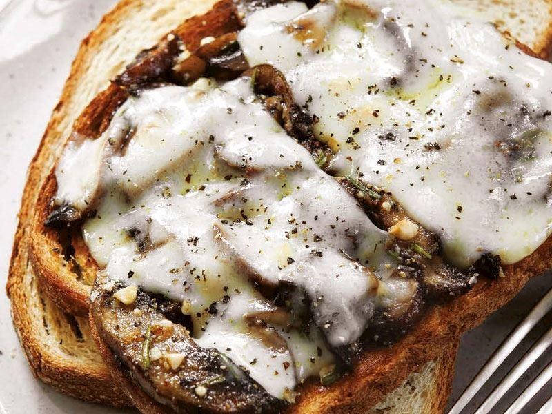 Fındıklı ve mantarlı ekmek dilimleri