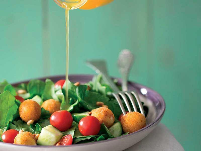 Ilık peynirli ve bal soslu salata