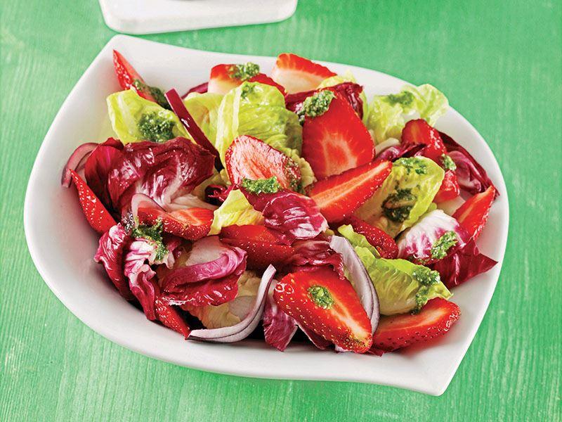 Pesto Soslu Çilekli Salata