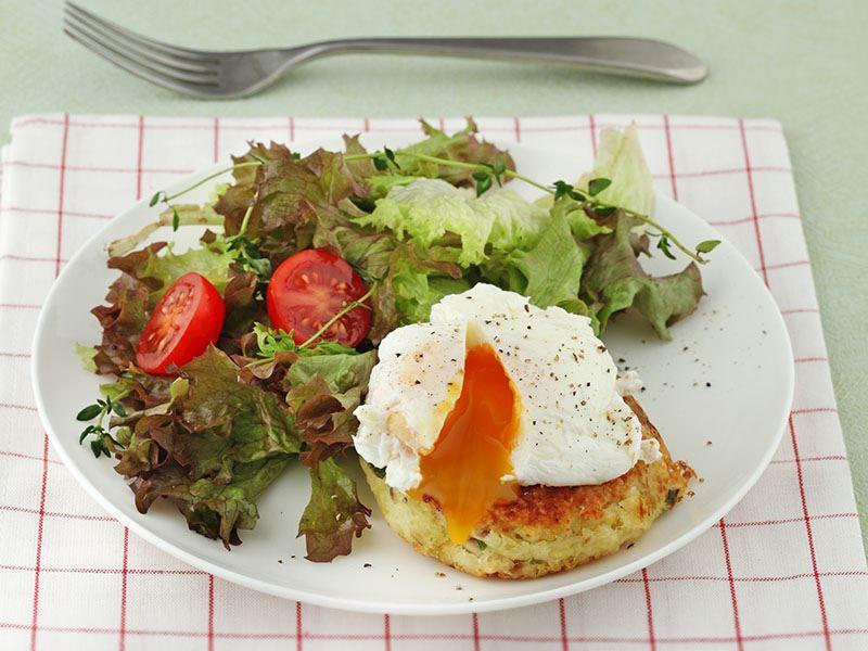 Poşe Yumurtalı Ve Balık Köfteli Salata