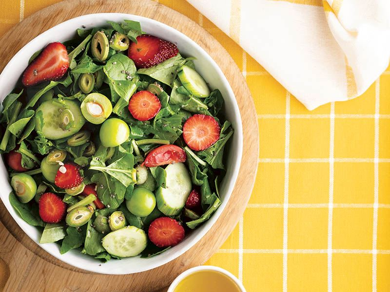 Rokalı yeşil erik salatası