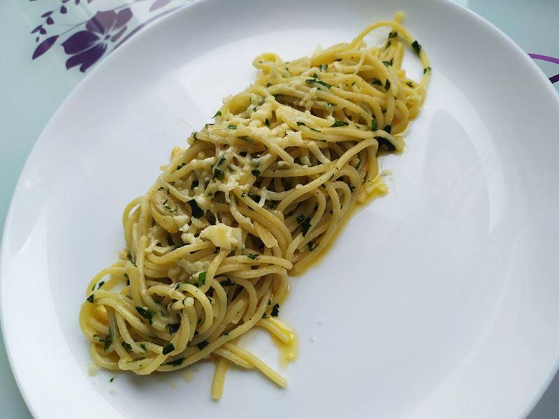 Sarımsak soslu spagetti