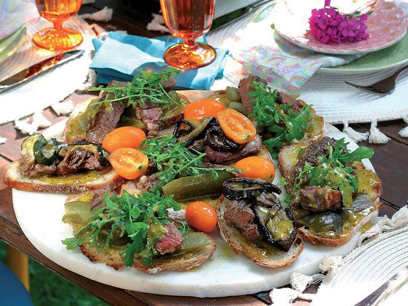 Sebzeli ve ızgara etli bruschetta