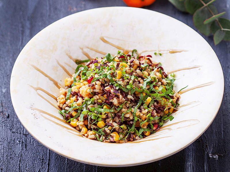 Tam tahıllı ve nar ekşili salata