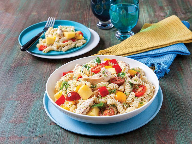 Tavuk Etli, Mangolu Ve Renkli Biberli Makarna Salatası