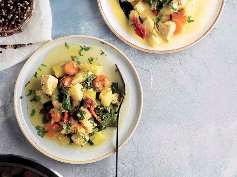 Tavuklu kış sebzeleri güveci