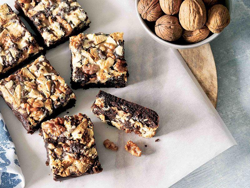 Üç çikolatalı cevizli brownie