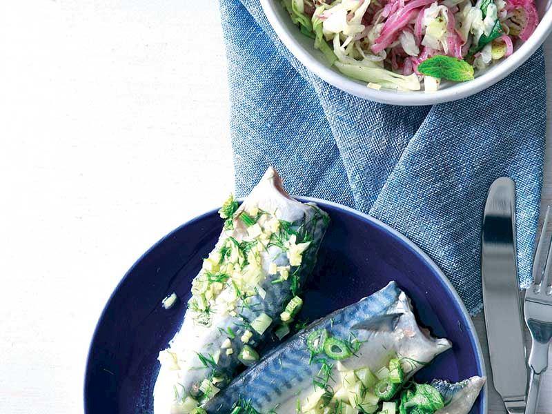 Uskumru turşusu ve sumaklı kırmızı soğan salatası