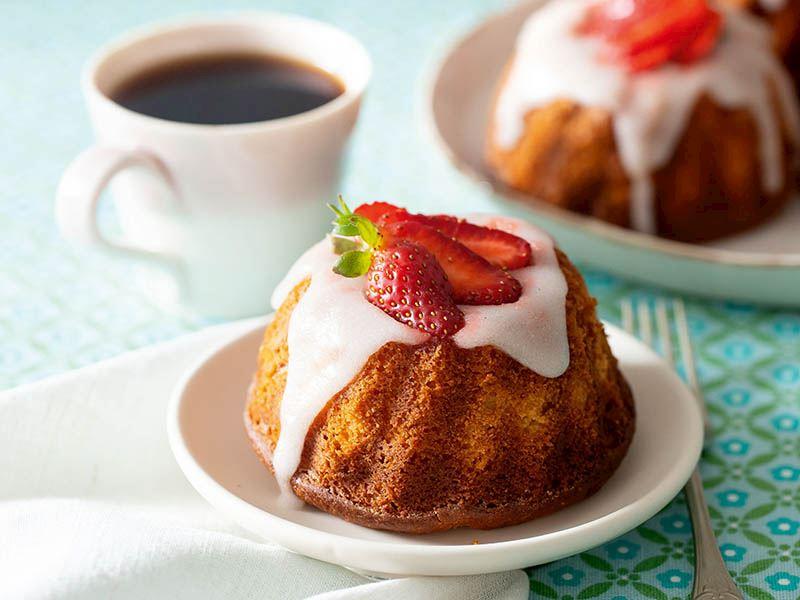Yoğurtlu taze çilekli kek