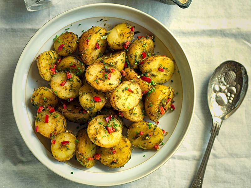 Zerdeçallı patates salatası