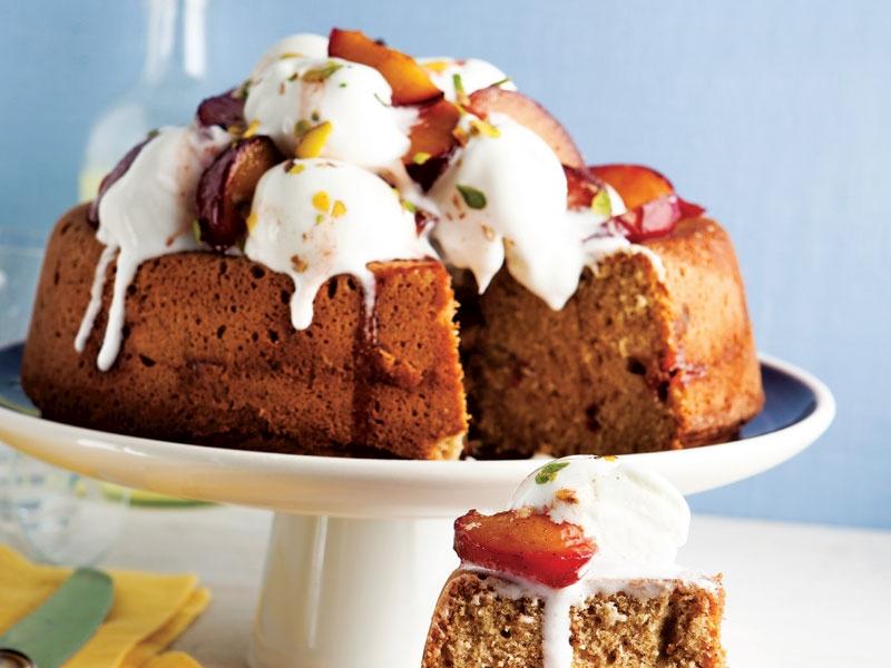 Kırmızı erikli dondurmalı kek